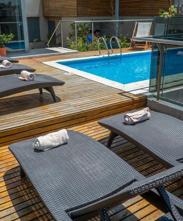 Pool and outdoor space, ideal for summer days. Howard Johnson Hotel & Suites Córdoba