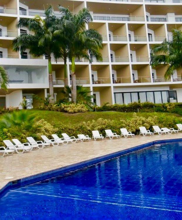 Outdoor swimming pool GHL Relax Hotel Makana Resort Tonsupa